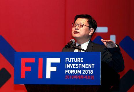 홍춘욱 키움증권 투자전략팀장이 2018 미래투자포럼에서 '2019년 경제전망'을 주제로 발표를 하고 있다.